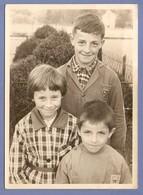 PHOTO ORIGINALE 12,5 X 17,5 Cm JUIN 1959 - GARCONS Et FILLE ÉLEVES ÉCOLE VACANCES SCOLAIRES - Persone Anonimi