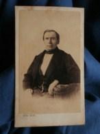 Photo CDV  Badié à Paris  Homme élégant Assis  Sec. Empire  CA 1860 - L263 - Photographs