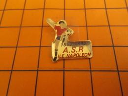 818A PINS PIN'S / Beau Et Rare : Thème SPORTS / FOOTBALL CLUB ASR ILE NAPOLEON 1952 1992 - Football