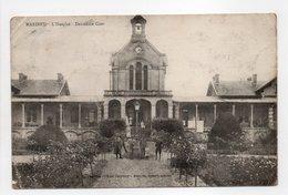 - CPA MARINES (95) - L'Hospice 1917 - Deuxième Cour (avec Personnages) - Cliché Godefroy - - Marines