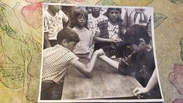 Little Boy  - Old Original Photo  - Soviet Childhood - Little Boy 1970s - Arm Wrestling - Anonyme Personen