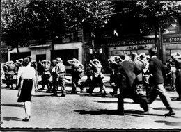 CPSM - Libération De Paris - Des Prisonniers Allemands Sont Emmenés Par Des Soldats Américains, Très Animé - Weltkrieg 1939-45