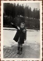 Photo Originale Enfant Dans Les Années 1940 - Fillette Faisant Le Salut Nazi Vers 1940 - III Reich - Personnes Anonymes