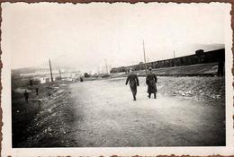 Photo Originale 1942 Weihnachstslag Auf Dem Transit In Mazedonien Auf Eins Kleinen Bergotation Train & Wagons Bestiaux - Oorlog, Militair