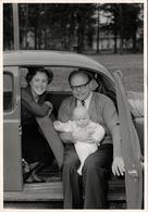 Photo Originale Käfer - Parents Présentant Leur Bébé Assis Dans Leur Volkswagen Coccinelle Vers 1950/60 - Automobiles