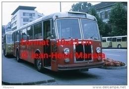 Reproduction D'une Photographie D'un Ancien Bus Berna à Thun En Suisse En 1972 - Reproductions