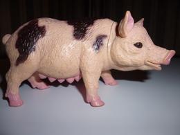 COCHON  TRUIE PLASTIC TACHETE NOIIRE ET ROSE . Longueur 10.5 Cm  H 5 Cm - Cerdos