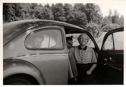 Amusante Photo Originale Volkswagen Käfer, & Famille En Coccinelle - Auf Ahrt ! En Route ! Vers 1950/60 - Automobiles