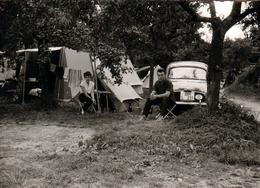 Photo Originale Couple & Camping En Renault Dauphine (1956 - 1967) Export Allemand Et Tente Canadienne Vers 1960 - Automobili
