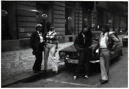 Photo Originale Dacia Renault 12 Suivie D'une Peugeot 504 Devant Une Boutique Jawa Vers 1970 - Automobiles