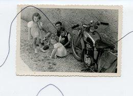PHOTO A IDENTIFIÉE. Ancienne MOTO . Plusieurs Enfants Qui Jouent Devant Une Moto . - Cars