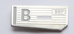 S40 Pin's BANQUE BNP Chéquier Fond Argenté Achat Immediat - Banken