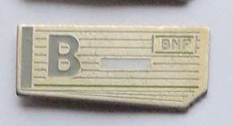 S168 Pin's BANQUE BNP Chéquier Fond Plutôt Doré Achat Immédiat - Banken
