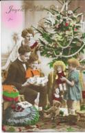 Jeunes Enfants Et Leurs Parents Devant Le Sapin Avec Cadeaux - Joyeux Nöel - Sonstige