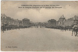 Versailles - Haie De Dragons Français Sur Le Passage Des Délégués (signature De La Paix , 28 Juin 1919) - Versailles