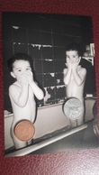 Ancienne Photo De Deux  Garçons Dans Une Salle De Bain - Beauté Féminine (1941-1960)