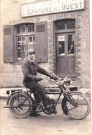 Carte Photo / Belle Motocyclette ( Marque à Déterminer) Devant La Caisse D'Epargne De L'Ouest   Beau Cliché - Auto's