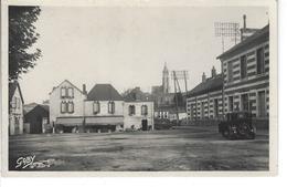 44 - PONT CHATEAU - T.Belle Vue De La Place De La Gare ( Vieille Voiture ) - Pontchâteau