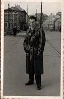 Carte Photo Originale Gay & Playboy Dans Son Imperméable De Cuir Ou Skaï Vers 1950/60 - Lieu En Reconstruction à Identif - Personnes Anonymes