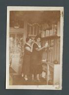 Duo De Femmes Se Tenant Debout Sans Une Bibliothèque Câlin Caresses Sur épaules  Photo Originale LESBIAN Interest - Personnes Anonymes