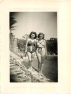BORD DE MER  FEMMES EN MAILLOTS DE BAIN PHOTO ORIGINALE FORMAT 11 X 8 CM - Lugares