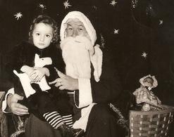 PHOTO 13 X 18 Cm DÉCEMBRE 1951 - PERE NOEL AVEC UNE PETITE FILLE SUR LES GENOUX - POUPÉE De CHIFFON PELUCHE - ZOOM - Persone Anonimi