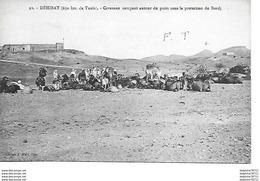 TUNISIE-Déhibat - Caravane Campant Autour Du Puits Sous La Protection Du Bordj - Túnez