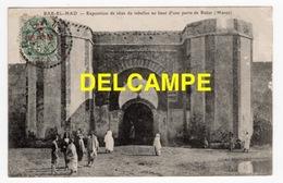 DD / MAROC / BAB-EL-HAD / EXPOSITION DE TÊTES DE REBELLES AU HAUT D' UNE PORTE DE RABAT / 1907 - Rabat