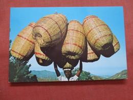 Basket Carrier On Way To Port Au Prince   Haiti    Ref 3793 - Haiti