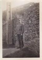 Foto Deutscher Soldat In Tourlaville - Frankreich - 2. WK - 8*5cm (45840) - Guerre, Militaire