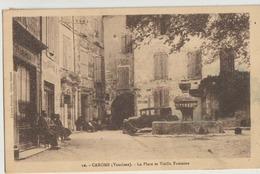 Caromb  84   La Place Tres Animée-Café-Tabac Et Voiture Et La Vieille Fontaine - Frankreich