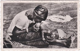 Pf. NIGER. Bébé Recevant Un Lavement Au Piment. 2 - Niger