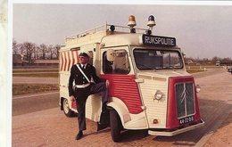 Un Policier Posant A Coté D'un Citroen HY 'RUKSPOLITIE'   -  15x10cms  PHOTO - Trucks, Vans &  Lorries