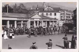 PHOTO  18 X 12  BADEN BADEN FUNERAILLES DU GENERAL SEVEZ EN 1948 GENERAL DE CORPS D'ARMEE  AU VERSO CACHET SERVICE ARMEE - Guerre, Militaire