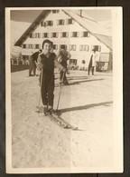 PHOTO 1957 - ALPE D'HUEZ - AUBERGE ENSOLEILLÉE PETIT GARCON SKIEUR - SKI NEIGE MONTAGNE - Orte