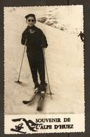 PHOTO 1957 - SOUVENIR DE ALPE D'HUEZ - PETIT GARCON SOURIANT SKIEUR - SKI NEIGE MONTAGNE - Places