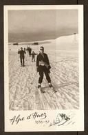 PHOTO 1956 1957 - SOUVENIR DE ALPE D'HUEZ - FEMME FAMILLE SKIEUR - SKI NEIGE MONTAGNE - Places