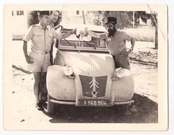 2 CV CITROEN ET MILITAIRES PHOTOGRAPHIE DE 1960 - Automobiles