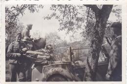 PHOTO ORIGINALE 39 / 45 WW2 WEHRMACHT FRANCE AISNE SOLDATS ALLEMANDS LA VOITURE B.M.W DU COMMANDANT ALLEMAND - Guerre, Militaire