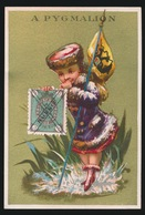 CHROMO FOND DORE 11 X 7.5 CM - TIMBRE POSTE RUSSIE - RECLAME A PYMALION GRAND MAGASINS DE NOUVEAUTES PARIS  2 SCANS - Trade Cards