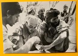 9854  - Richard Emica /SIPA Afghanistan été 1980 Résistant Soigné Par Deux Médecins Français - Illustrateurs & Photographes
