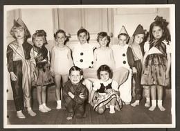 PHOTO 13 X 18 Cm 1953 - PETITS GARCONS PETITES FILLES DÉGUISÉS En PIERROT ARLEQUIN DANSEUSE PETIT RAT TUTU FOLKLORE - Persone Anonimi