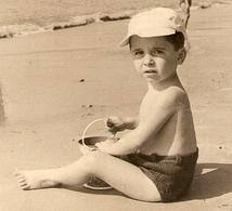 PHOTO 11,5 X 17,5 TROUVILLE 1947 - PETIT GARCON Sur La PLAGE En MAILLOT De BAIN - CASQUETTE MER SABLE SEAU - ZOOM - Persone Anonimi