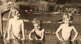 PHOTO 11,5 X 17,5 Cm 1952 - BAIGNADE PETIT GARCON Et PETITE FILLE TORSE NU - Persone Anonimi