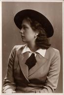 Photo Originale Portrait Studio De Mannequin Au Chapeau & Femme Au Service Du III Reich Avec Toutes Les Infos Au Dos - Pin-up