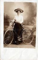 Carte Photo Originale Portrait De Femme élégante Cycliste En Studio Vers 1900 - Vélo, Bicyclette, Biclou, Petite Reine, - Cyclisme