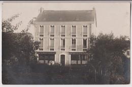 CARTE PHOTO D'UN CAFE RESTAURANT MAISON SOCQUET- OU ? - LIQUEURS DE MARQUE - HOTEL DE FRANCE - ECRITE 1910 -z 2 SCANS Z- - Cartoline