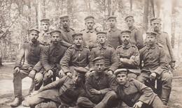 AK Foto Gruppe Deutsche Soldaten - Abzeichen Zigaretten - Frankreich - 1915 (45991) - Guerra 1914-18
