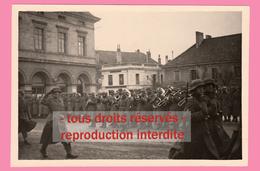 Campagne De France - Défilé Militaire Allemand. PONTARLIER Place De La Mairie (19 Juin 1940) - War, Military