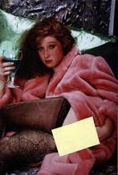 Grand Tirage Photo Original Pin-Up Sexy Des Temps Modernes, Fin De Réveillon Sur Canapé En 1991 & Bas Résilles - Pin-up